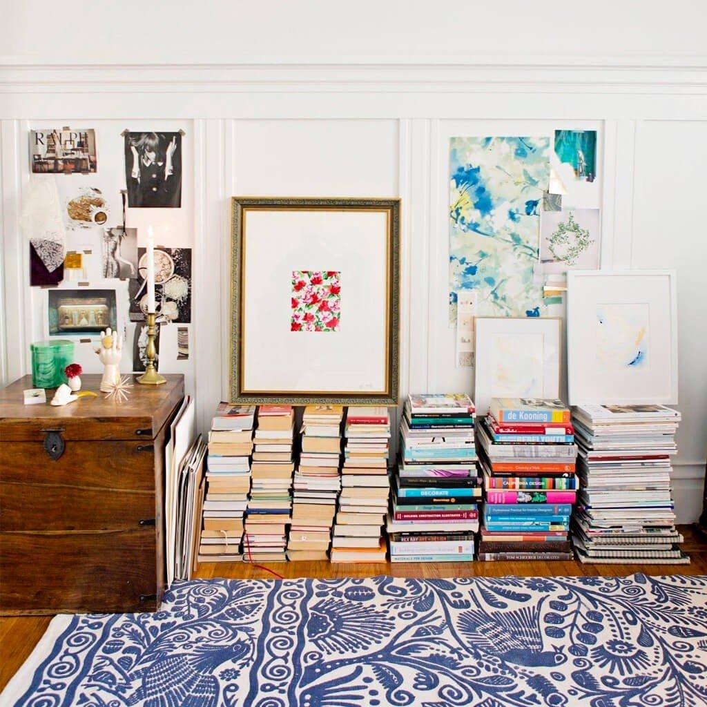Livros Decorativos Apoiando Quadros